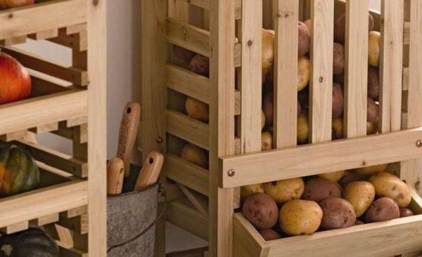 В холодное время года балкон – это самое приспособленное место в квартире для обустройства картофельного хранилища.