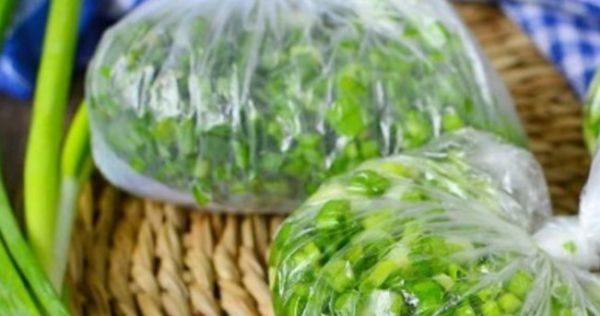 Собирают зелень в пучки, связывают и запаковывают в мешки