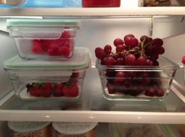 Складывают ягоды в овощной отсек