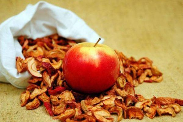 Для сушки выбирают яблоки зимних, кислых, кисло-сладких сортов