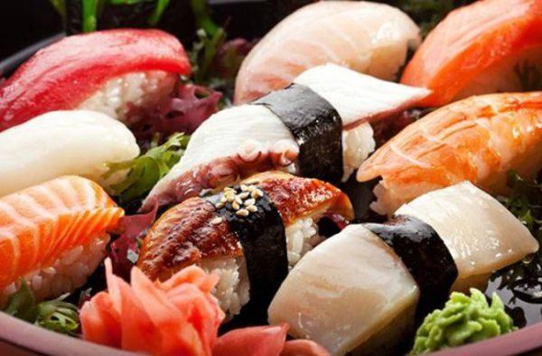 Первые симптомы пищевого отравления проявляются в течение одного-двух часов после использования блюда в пищу