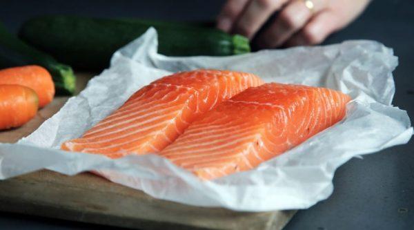 Рыбу следует выпотрошить, вымыть и удалить излишки влаги