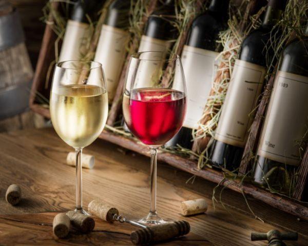 Вино с пластиковой затычкой долго не хранится, так как оно не может дышать