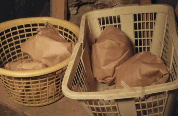 Капустный кочан отлично хранится завернутым в бумагу