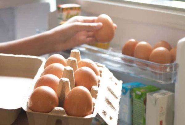 Предпочтительнее размещать яички в бумажном лотке в нижней части холодильника