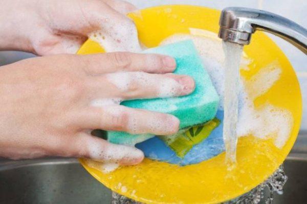 Жидкостные составы или гель для мытья посуды может быть приготовлен по различным рецептам
