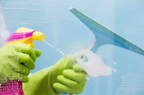 Эффективное средство для мытья окон можно сделать из имеющихся у любой хозяйки веществ
