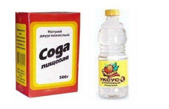 Чистый уксус в смеси с содой способен оттереть даже маркер или ручку