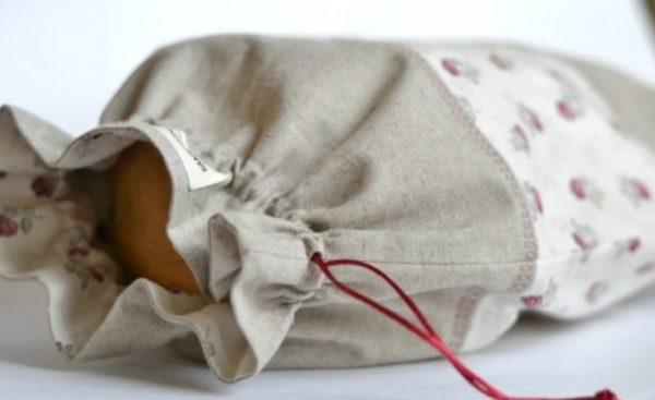 Выпечка надолго остается вкусной, свежей и мягкой, если положить ее пакет из ткани