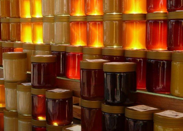 Чтобы определить качество, меда его можно понюхать