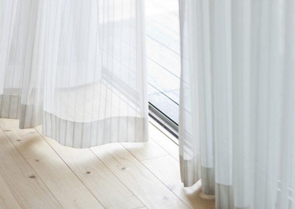 Есть несколько нехитрых способов, как отстирать тюль от серости в домашних условиях