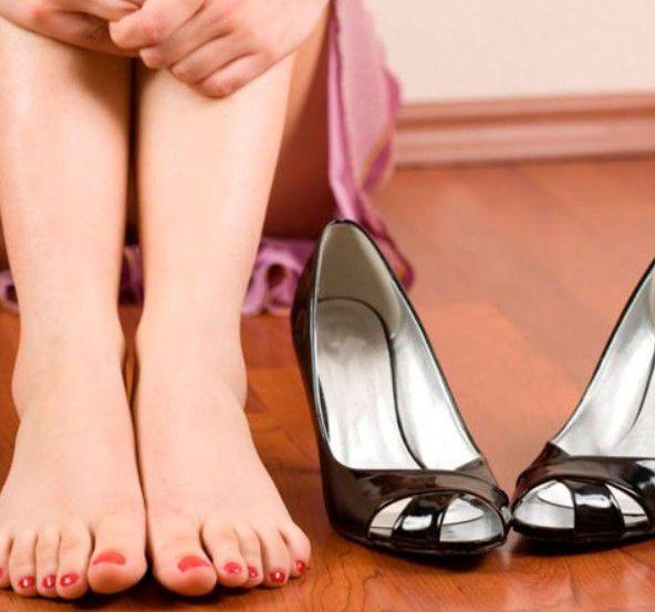 Если народные методы не помогают, всегда можно приобрести в обувном магазине специальные средства для растяжения кожи