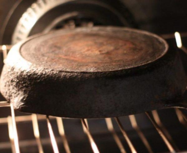 Если вы прокаливаете сковороду в духовке, переверните ее вверх дном