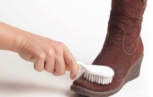 Для очистки искусственной замши используют раствор уксуса и изопропиловый спирт