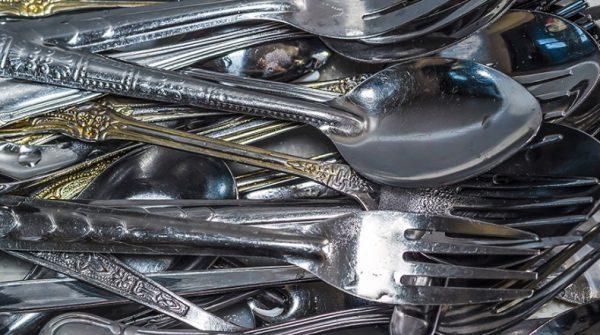 Народные способы очищения справляются с удалением грязи, жира на столовых принадлежностях не хуже магазинных