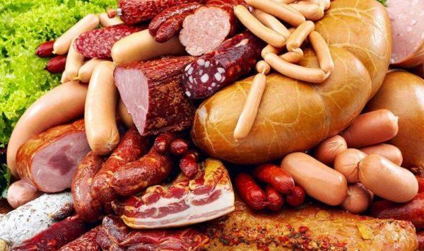 Колбасные изделия и копчености обязательно нужно сложить в контейнер или прикрыть пищевой пленкой