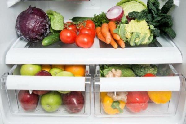 Овощи и фрукты следует хранить по отдельности (один ящик под овощи, другой под фрукты)