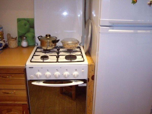 Холодильник рядом с плитой или духовым шкафом: какое должно быть расстояние и защита