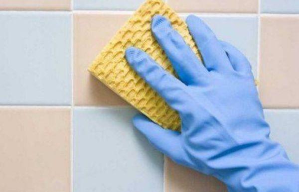 При проведении генеральной уборки в ванной, основные усилия приходится прилагать для удаления плотного известкового слоя с кафеля
