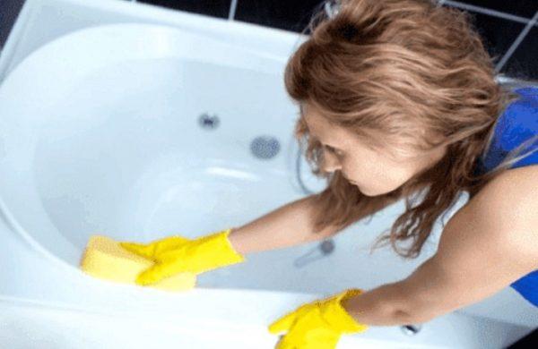 После ремонта ванная остается в пятнах краски и клея