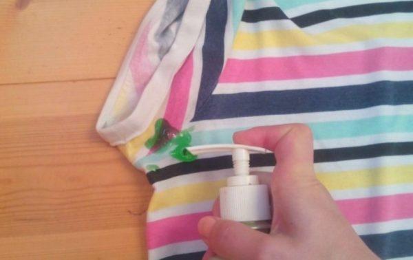 Моющее средство способно вывести очень стойкие загрязнения, в том числе и от дезодоранта