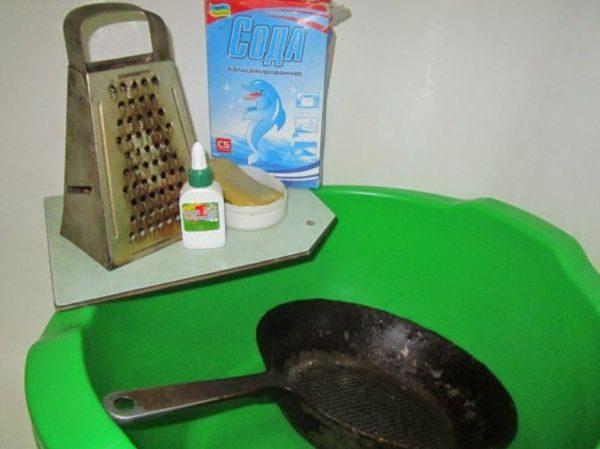 Чистка сковороды и кастрюль при помощи клея и соды