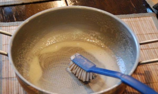 Хозяйственное мылоощелачиваетсреду, что способствует удалению нагара