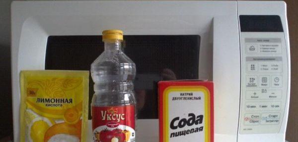 Уксус и лимонная кислота в соединении друг с другом, легко очищают налет и копоть