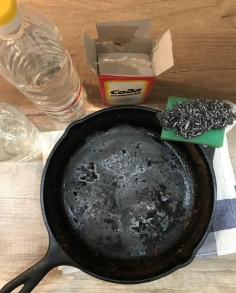 Сковорода со старым въевшимся жиром и нагаром плохо поддается воздействию