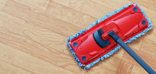 При мытье ламината необходимо использовать швабру с мягкой тканевой насадкой или неабразивной губкой