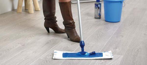 Подвижная насадка проникает даже неудобные места комнаты, упрощая процесс мытья и полирования поверхности