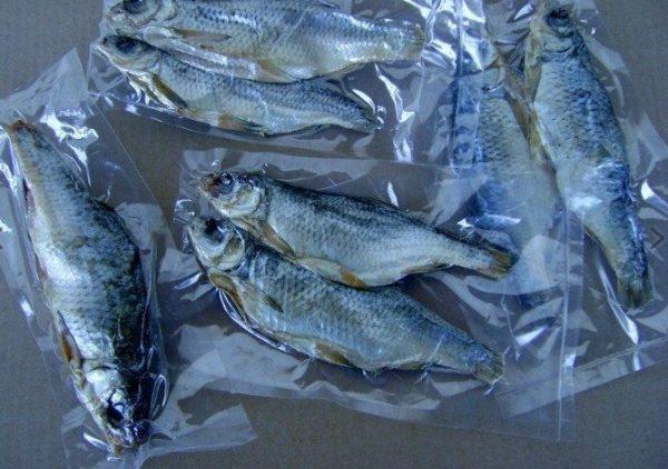 На фото показано, как можно хранить копченую рыбу в морозилке длительный период