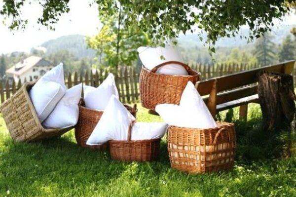 В теплую сухую погоду следует вынести постиранные подушки на солнце