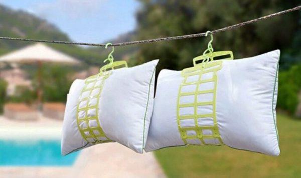 Один из вариантов как сушить подушку — подвесить ее на бельевую веревку