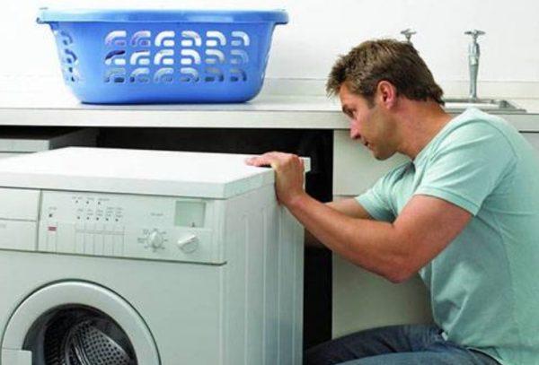 Иногда во время эксплуатации стиральной машины в барабане появляется вода