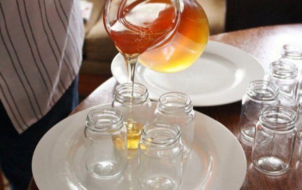 Через определенное время в меду начинается естественный процесс кристаллизации, он может густеть или темнеть