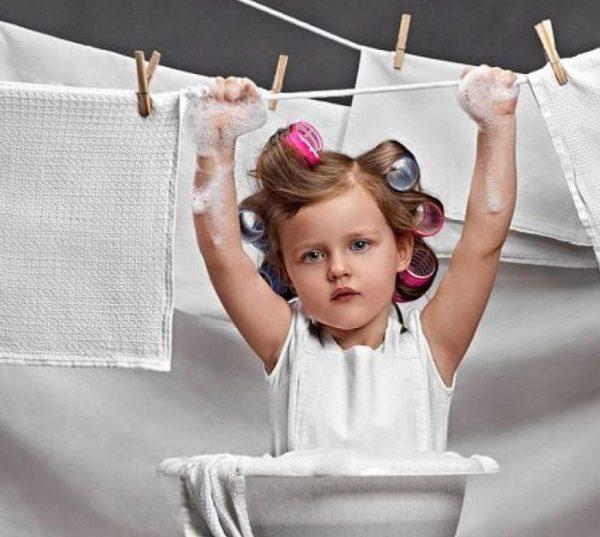 Отстирать детские вещи от старых пятен можно при помощи не только бытовой химии, но и народных средств