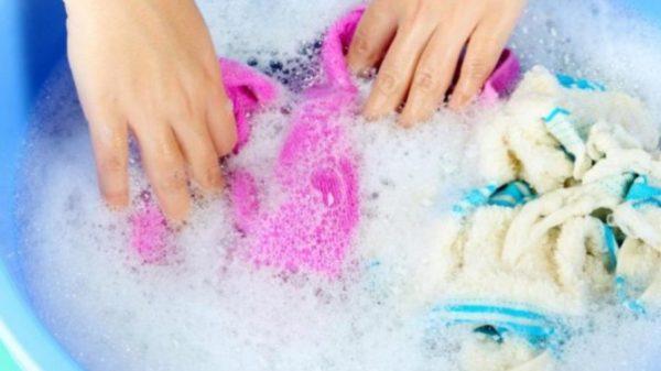 Если вы не против использования бытовой химии, то приобретите специальный пятновыводитель (или порошки) с отметкой «для цветной одежды»