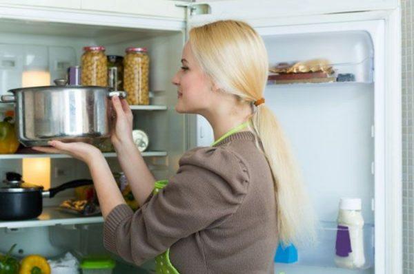 Помещение в холодильник тёплых блюд ведёт к росту потребления электроэнергии и скачкам напряжения в домашней сети