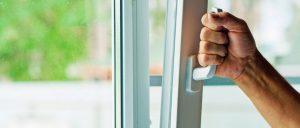 Делаем средство для мытья окон без разводов своими руками: рецепт проверен годами