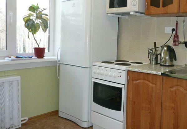 Для большинства холодильников и плит минимально допустимой дистанцией взаимного расположения будет 25 сантиметров