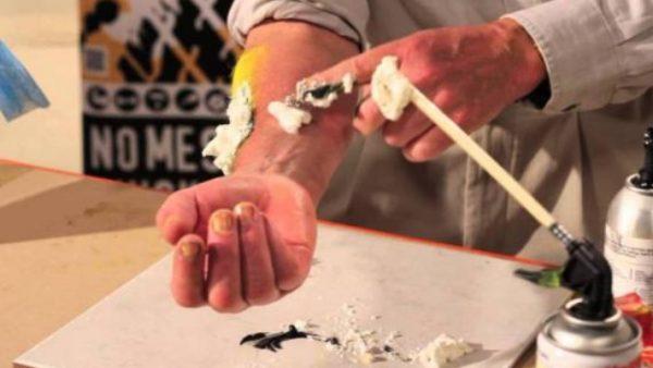 Если герметик остался на руках, иных частях тела, лучше удалить его, не дожидаясь застывания