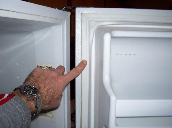 Уплотнитель в холодильнике изолирует камеру с охлажденным воздухом от помещения