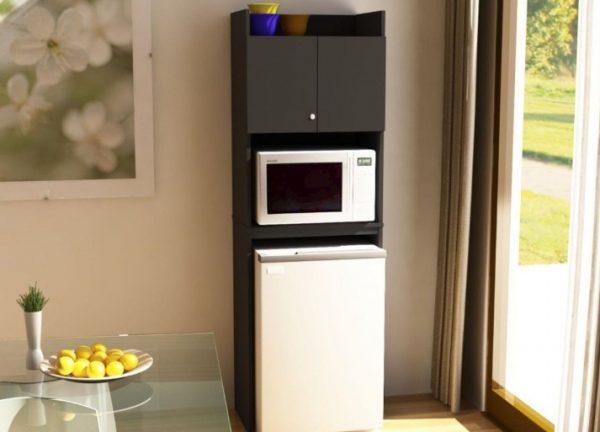 Если СВЧ-печь находится на морозильной камере, то она не должна включаться в общую розетку