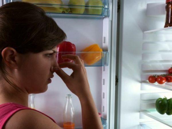 Как избавиться от запаха рыбы в холодильнике?