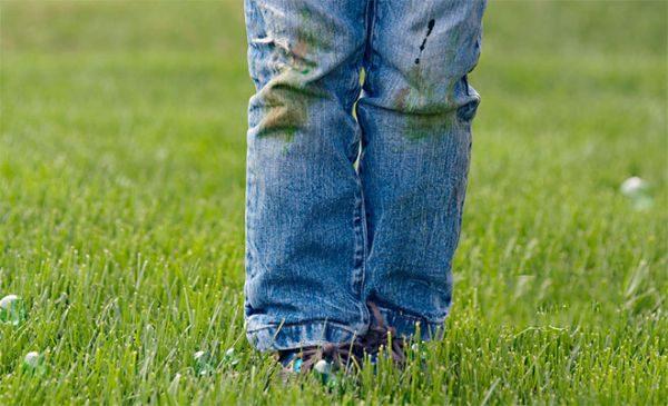 Как отстирать траву на джинсах: первая помощь