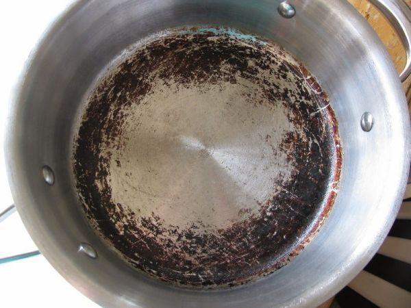 Отмываем пригоревшую посуду из алюминия