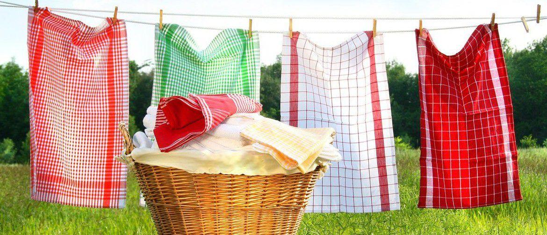 Как отстирать кухонное полотенце в домашних условиях (белые и цветные) от пятен, как быстро убрать запах: рецепты для стирки в стиральной машине и руками
