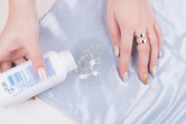 Как удалить свежее жирное пятно с одежды в домашних условиях: 7 лучших средств