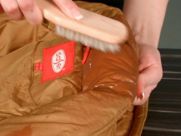 Как избавиться от свежих жирных пятен с пуховика: 4 способа